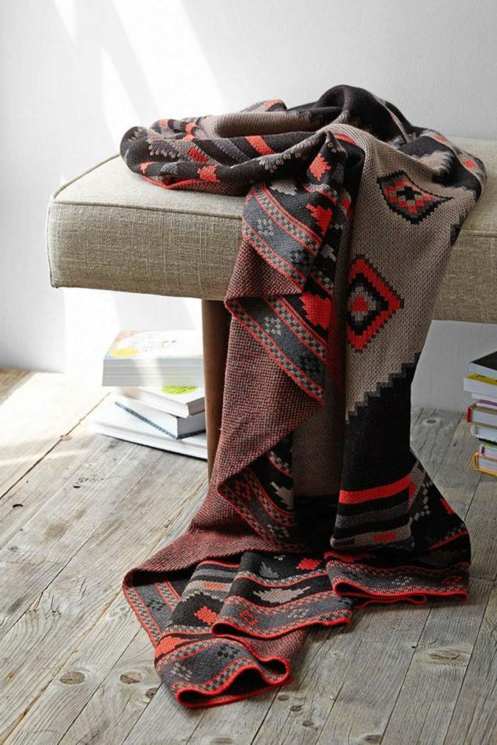 tapis style ethnique aux motifs aztèques, sol en planches de bois