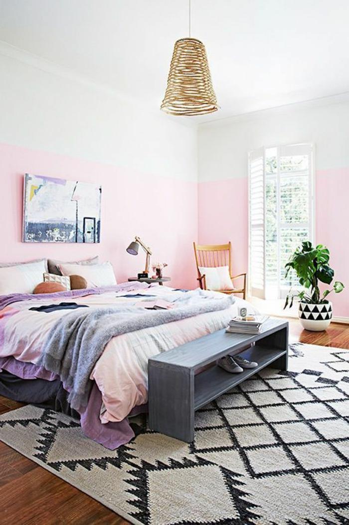 chambre à coucher en style ethnique, plafonnier en rotin, mur rose, tapis ethnique