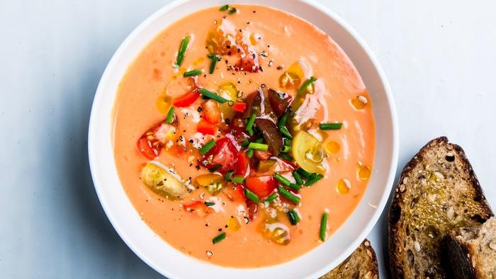 une soupe froide désaltérante de tomates, de concombres et d'échalote, gaspacho classique accompagné de tartines grillées