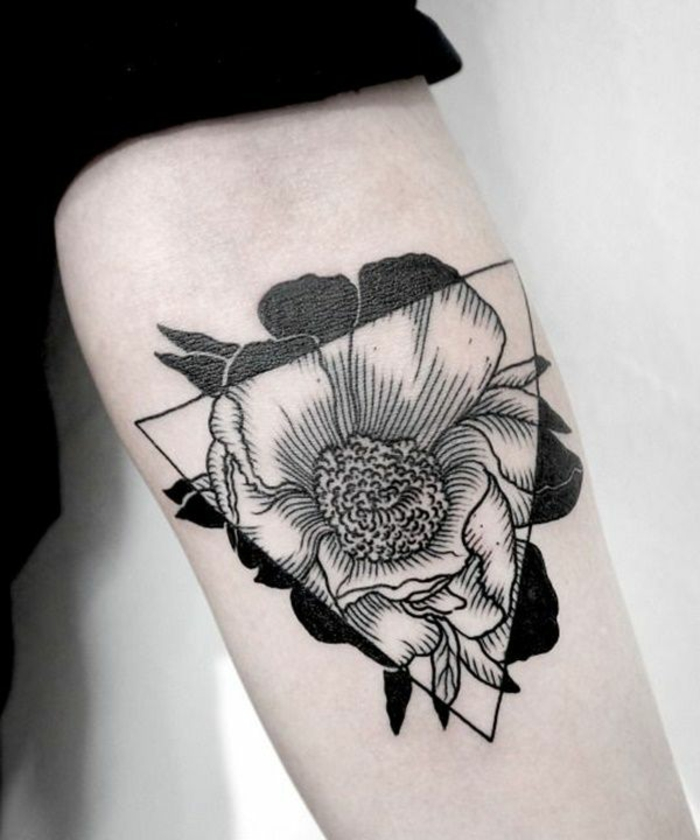 Tatouage maorie avant bras tatouage old school homme triangle fleur