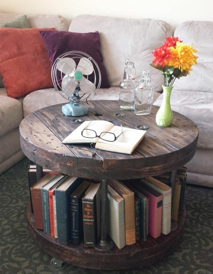 touret deco, table basse avec une bibliothèque, espace de rangement pour livres, plateau en bois, livre, bouquet de fleurs, canapé gris et coussins multicolores
