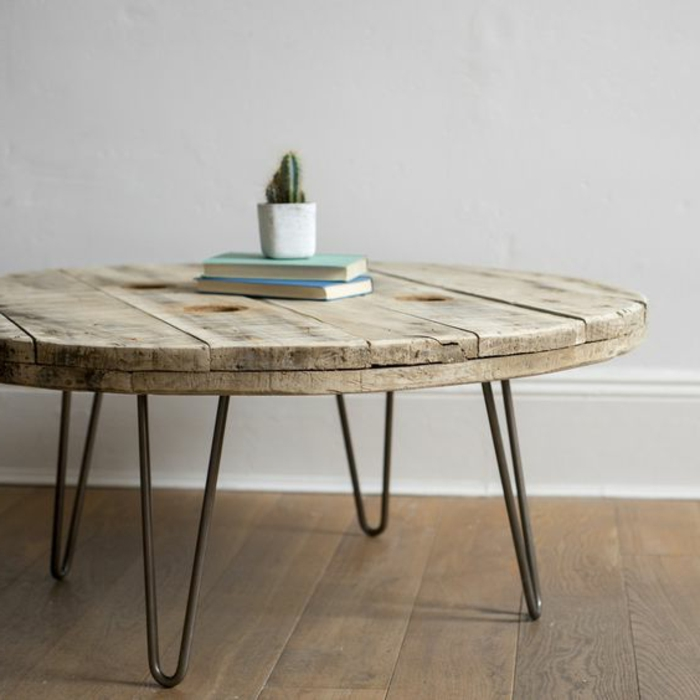 touret table basse, plateau en bois aspect brut usé, pied de table en epingle, parquet en bois, decoration vintage scandinave