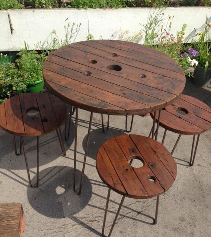 touret bois table basse avec des tabourets, pied en épingle à cheveux, deco exterieur, coin repos en plein air dans un ajrdin