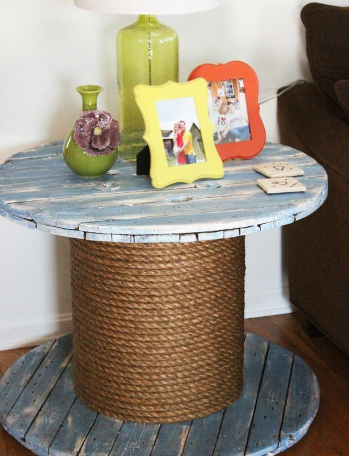 touret bois table de service, aspect usé, de la corde enroulée autour, decoration lampe diy, cadres photo, petit vase vert