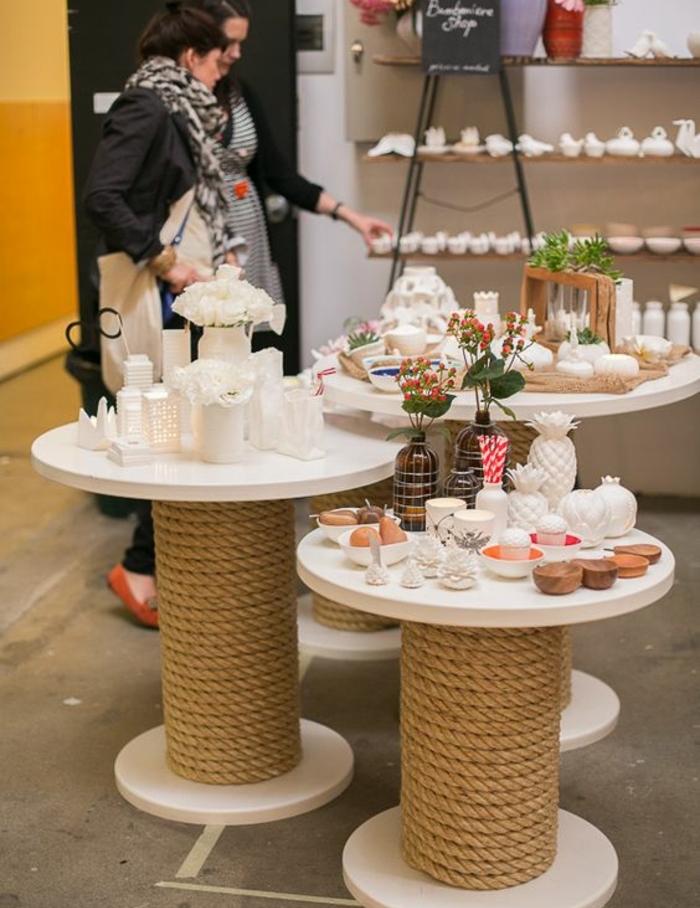 modele de table en touret repeinte en blanc, exposition, accessoires deco, bougies