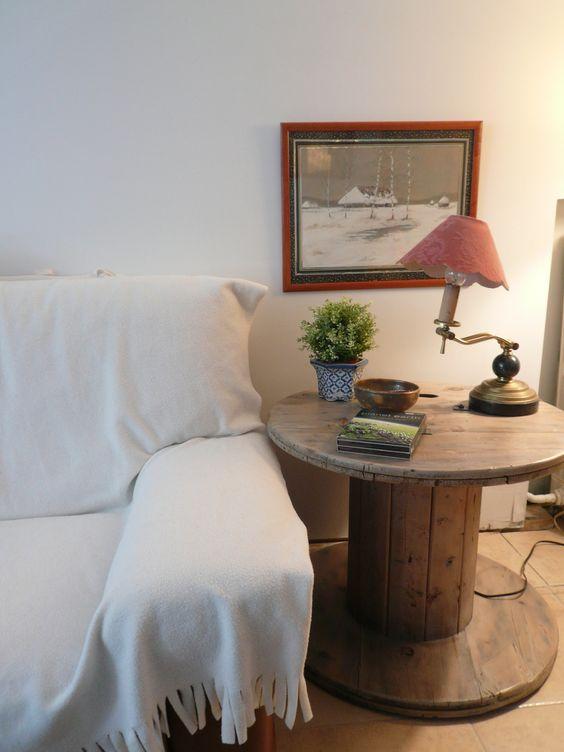 canapé blanc, touret deco table de service, lampe vintage, plante, deco murale photo en noir et blanc, carrelage marron