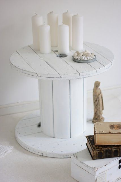 table en touret, repeinte en blanc, decoration bougies blancs, pile de bouquins, boite en bois blanc patiné, statuette