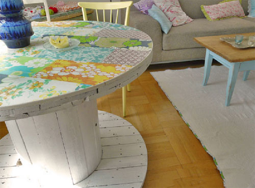deco touret avec plateau, décoré à motifs floraux, patchwork, papier peint, parquet clair, canapé gris et table basse