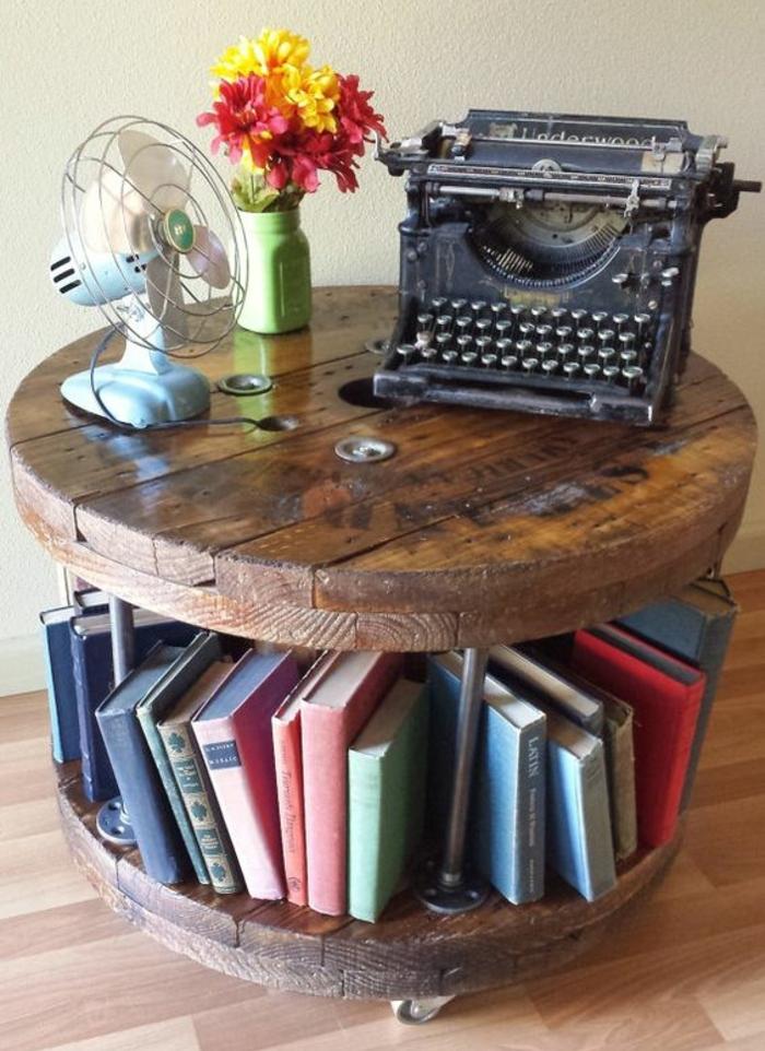 que faire avec un touret, idée coment faire une table basse vintage bois brut, rangement livres, bouquet de fleurs