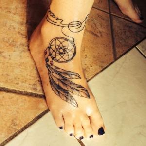 Tatouage pied – il marche discrètement