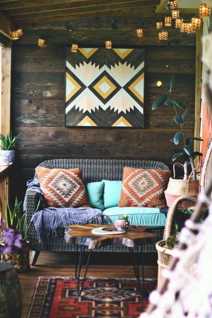 tapis ethnique, décoration murale bois, guirlande lumineuse, table en fer et bois brut