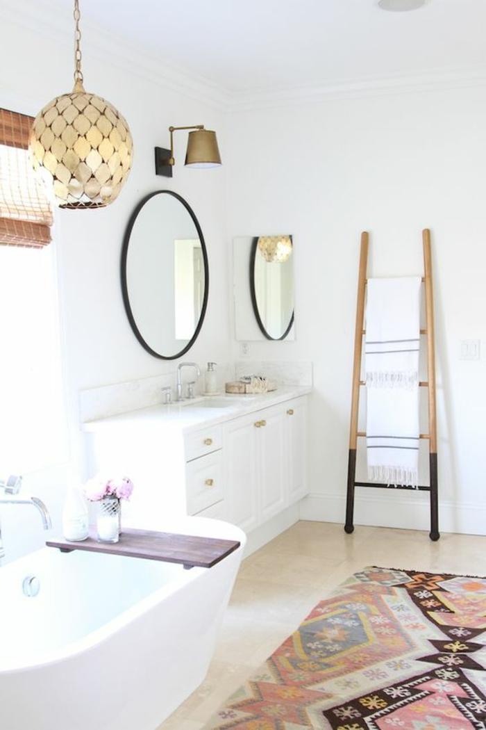 tapis ethnique, miroirs décoratifs, tapis, salle de bain blanche, miroirs ronds