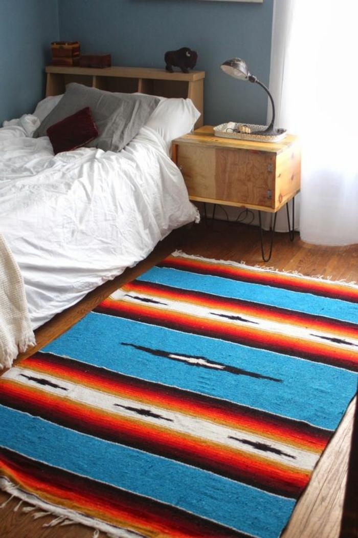 tapis ethnique, chambre aménagée tout simplement, deux petits meubles en bois