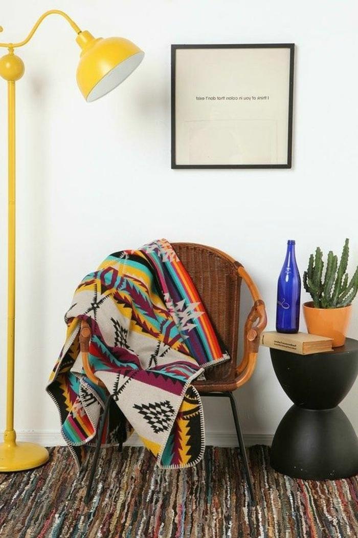 tapis ethnique, tabouret noir, lampe de sol jaune, tapis multicolore