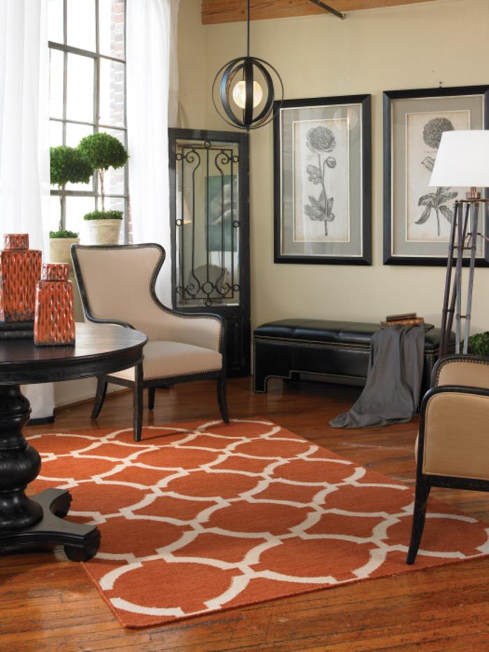 un salon élégant aux nuances de beige et de la couleur ocre rehaussées par un mobilier en bois foncé