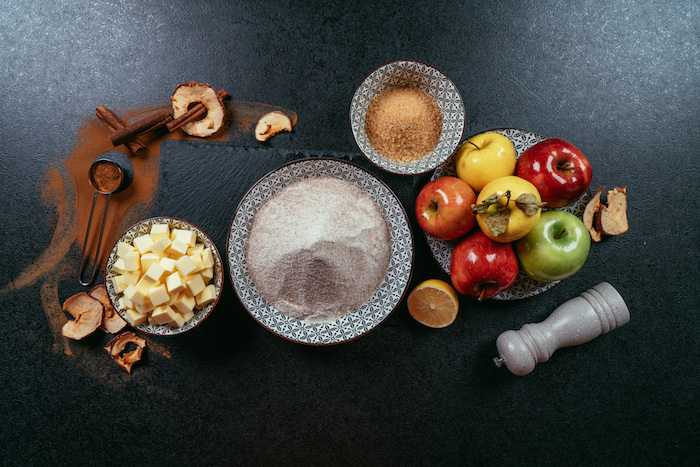 les ingredients necessaires pour faire un gateau sans gluten aux pommes, sucre de coco, beurre et épices d automne