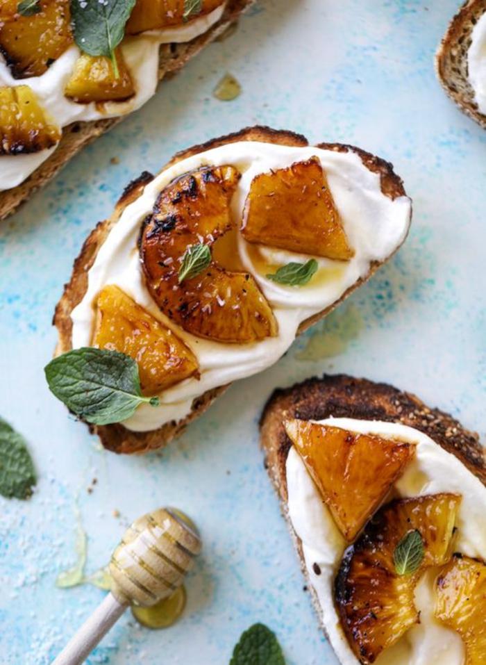 une recette bruschetta délicieuse et légère, tartines à l ananas grillée et à la crème fouettée à la ricotta