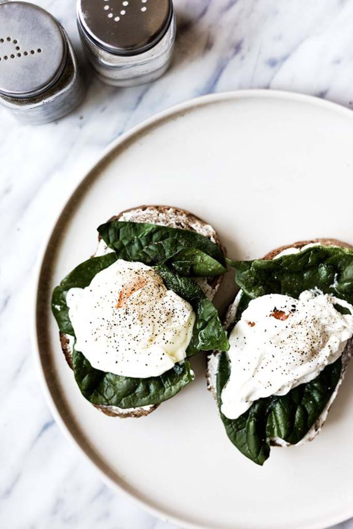 des tartines façon sandwich, des bruschettas aux épinards et au fromage de chèvre pour un petit déjeuner saine et équilibré