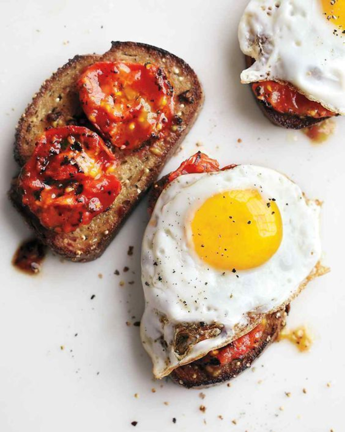 un sandwich ouvert aux tomates et à l'oeuf, recette de tartine italienne originale pour un petit déjeuner sain et équilibré