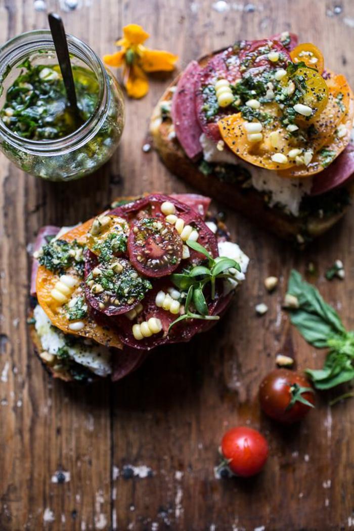 recette de bruschetta aux tomates et au pesto de roquette, tartine végétarienne pour un déjeuner sain et équilibré
