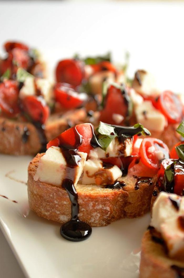 comment préparer une tartine italienne caprese aux tomates, à la mozzarella avec un filet de réduction de balsamique
