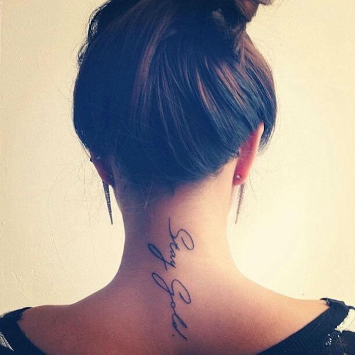 tatouage phrase cou tattoo ecriture fin et discret vertical dans la nuque