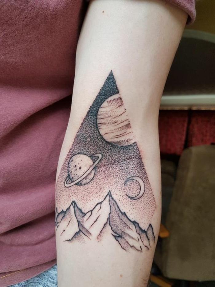 tatoo homme, montagne et cosmos, planètes dessinées au-dessus de la montagne