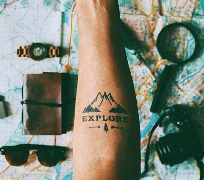 tatoo homme montagne, carte géographique, caméra, montre et loupe