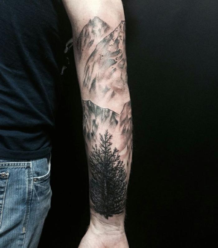 tatoo homme, manche tatoo, grang tatouage en noir et blanc sur le bras,