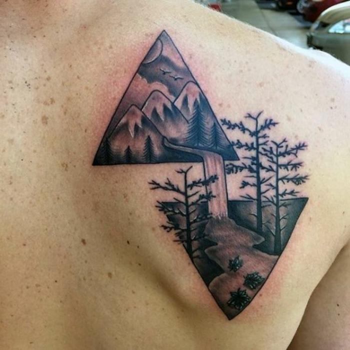 tatoo homme, deux triangles avec dessins de fleuve, montagnes et ciel, soleil et oiseaux