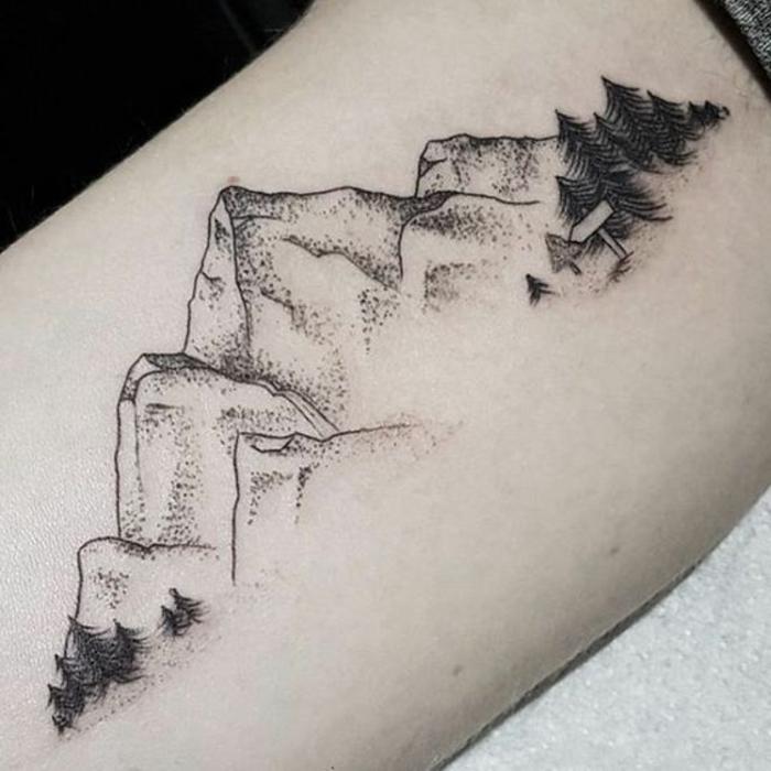 tatoo homme, tatouage de paysage original, des pins et plusieurs cimes