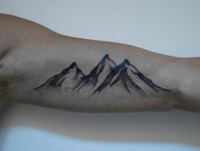tatoo homme, trois cimes de montagne en noir, quel image tatouer sur son bras
