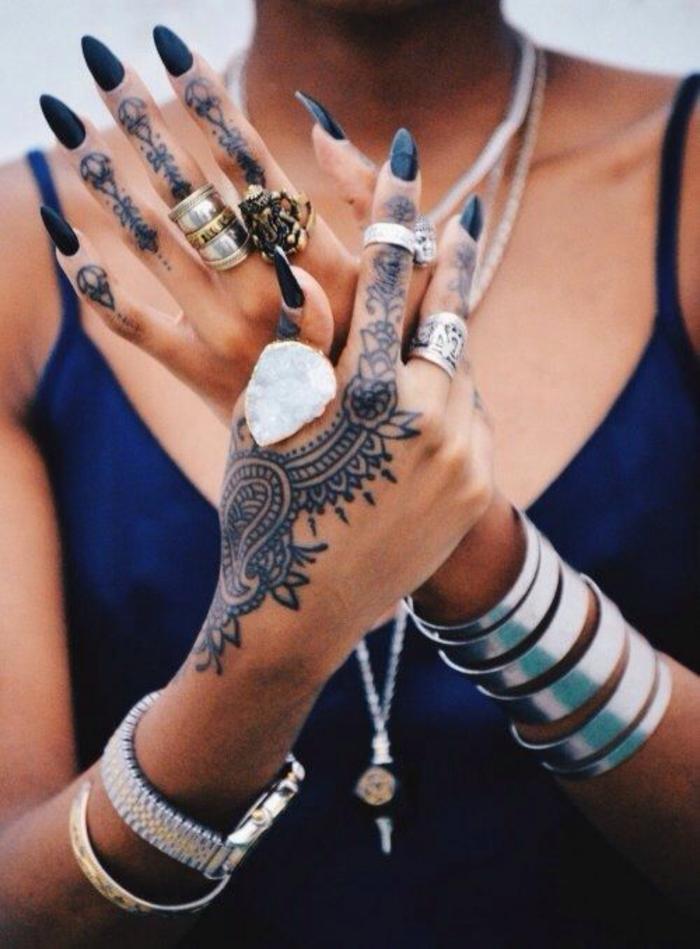 Henné tattouage femme taouage femme tatto femme joli manucure