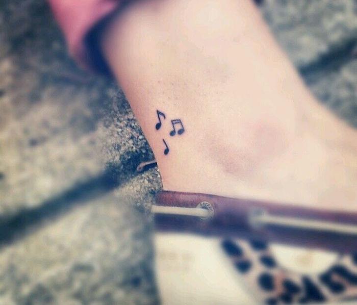 tattoo notes musique comme tatouage sur cheville idée mini tatoo