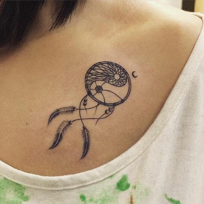 attrape reve tatouage poitrine, filet, tissage intéressant, plumes noires, idée comment se tatouer femme