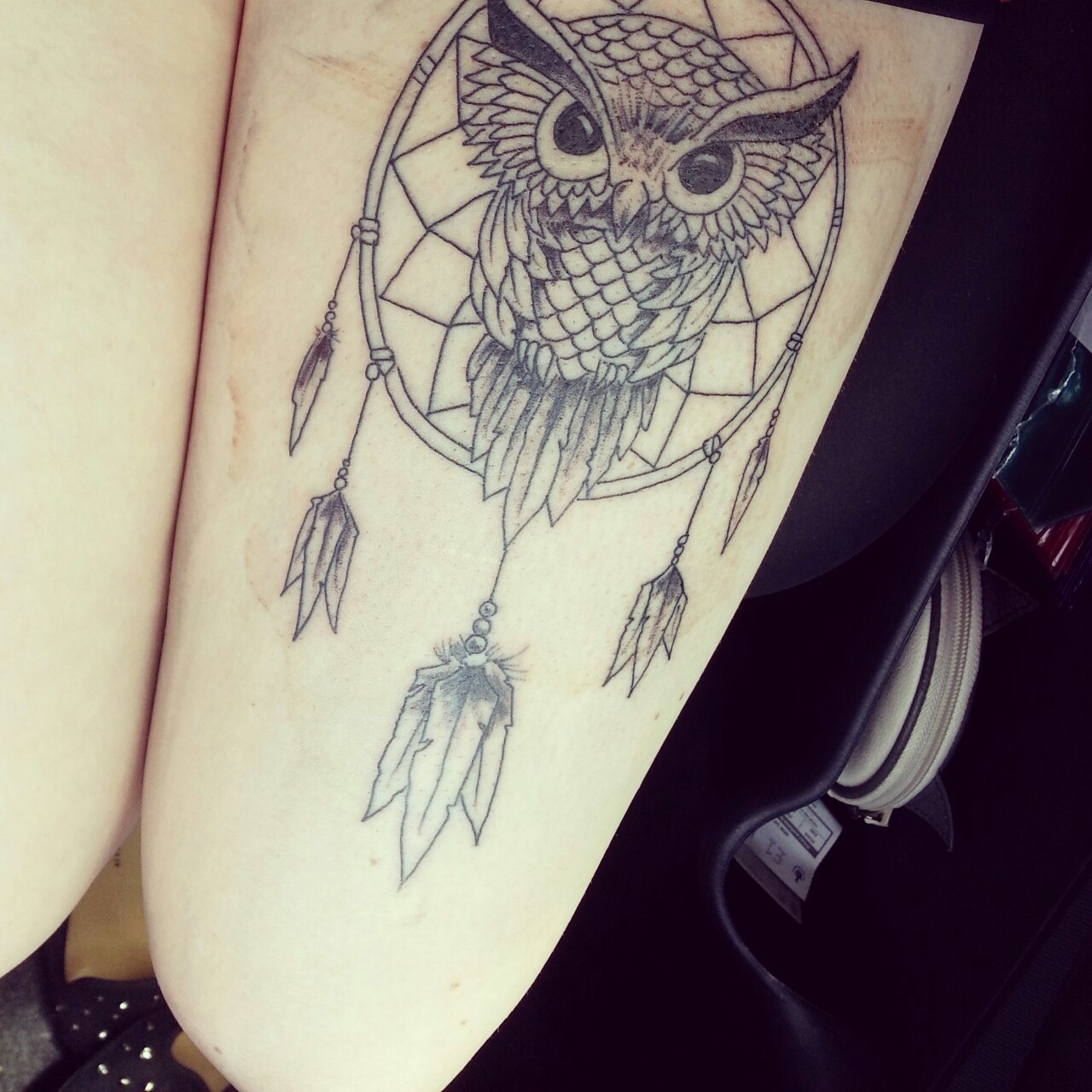tatouage attrape reve cuisse, filet, plumes et dessin de hibou graphique, idée de tatouage symbolique amérindien
