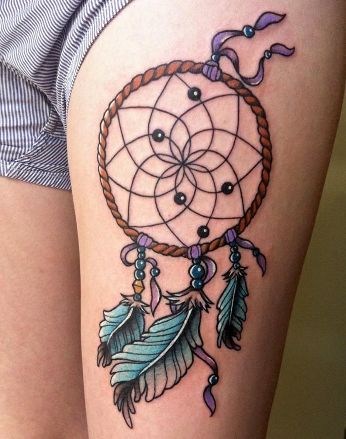 attrape reve tatouage, corde orange, plumes et perles bleues, rubans mauves, beau filet rosace