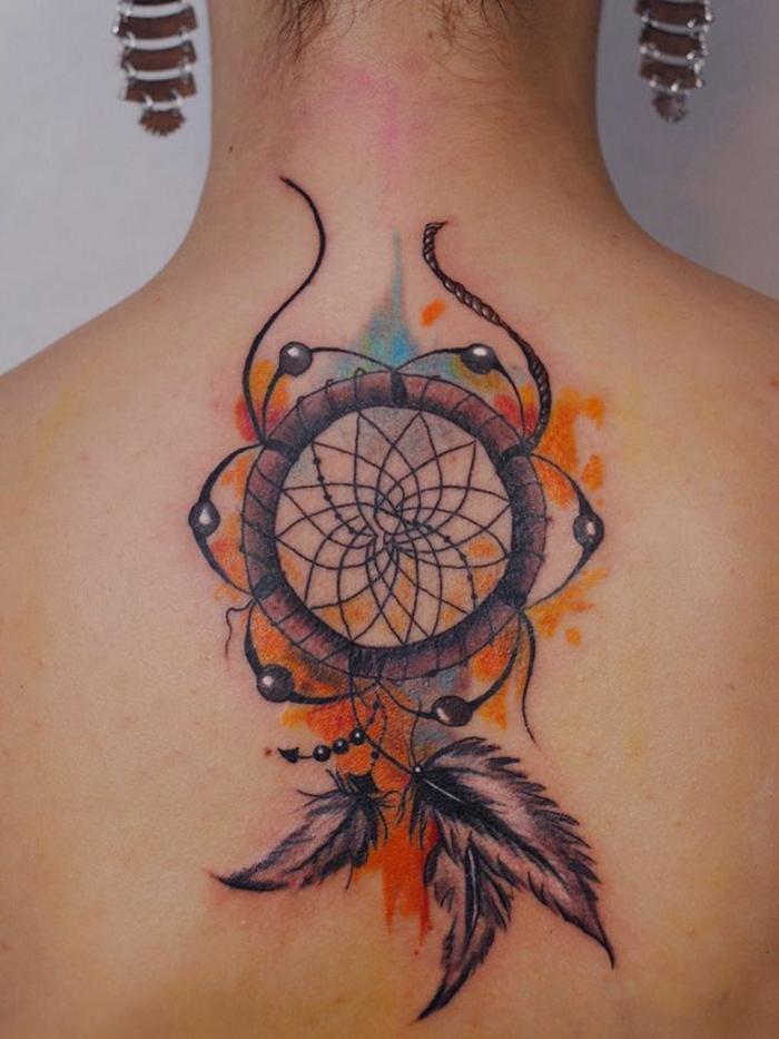 tatouage attrape reve coloré, plumes encre noire, nuage de rouage, orange, jaune et bleu, perles marron, jolies rosace