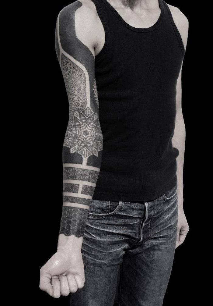 tatouage bras complet homme bandes noires et rosaces épaule poignet