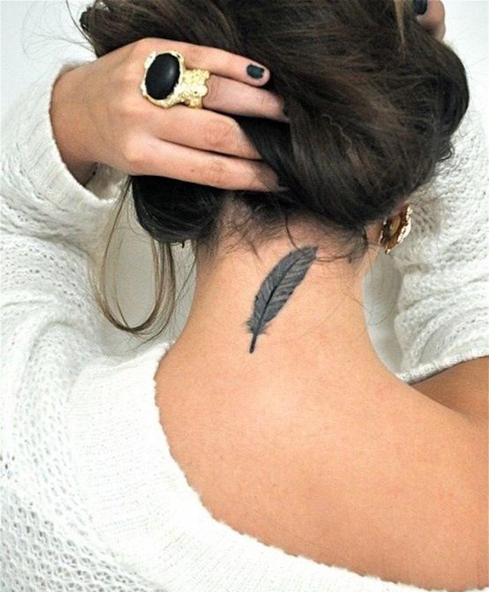 tatouage plume nuque femme tattoo dans cou feminin idées tatoo plumes