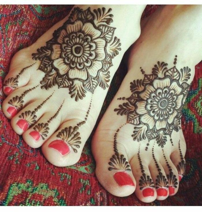 tatouage au henné, tapis ethnique oriental, dessins de henné floraux