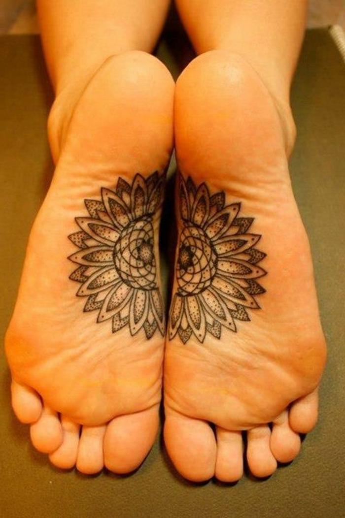 tatouage au henné, dessins sur le corps traditionnels, une fleur composée de deux parties séparées