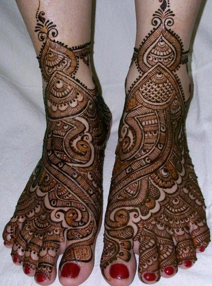 tatouage au henné, pieds rituellement peints avec henné, dessins somptueux