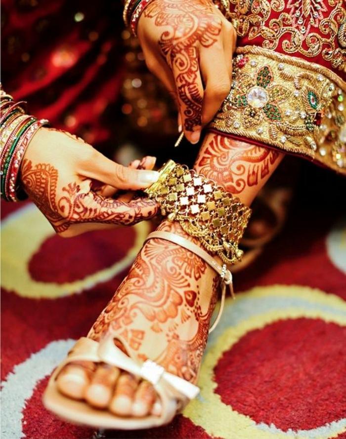 tatouage au henné, préparation pour une fête traditionnelle orientale, tapis rouge