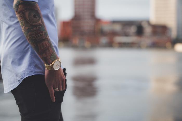 les plus beaux tatouages, montre originale homme, chemise bleue homme, tatouage en couleurs