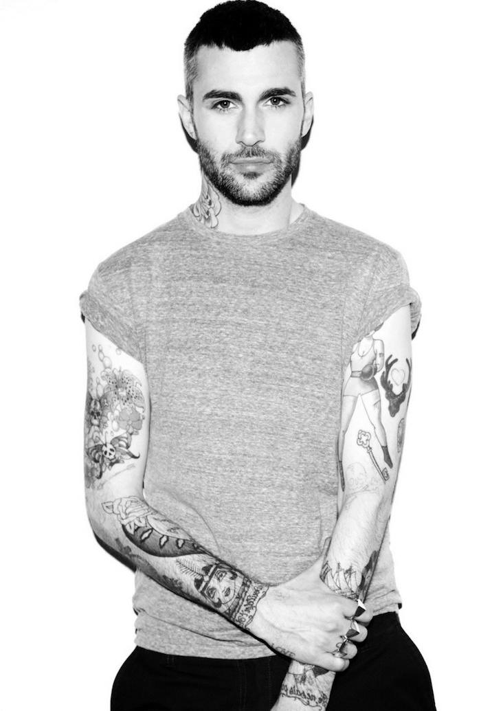les plus beaux tatouages, homme barbe, t-shirt gris, photo blanc et noir, tatouages sur les bras