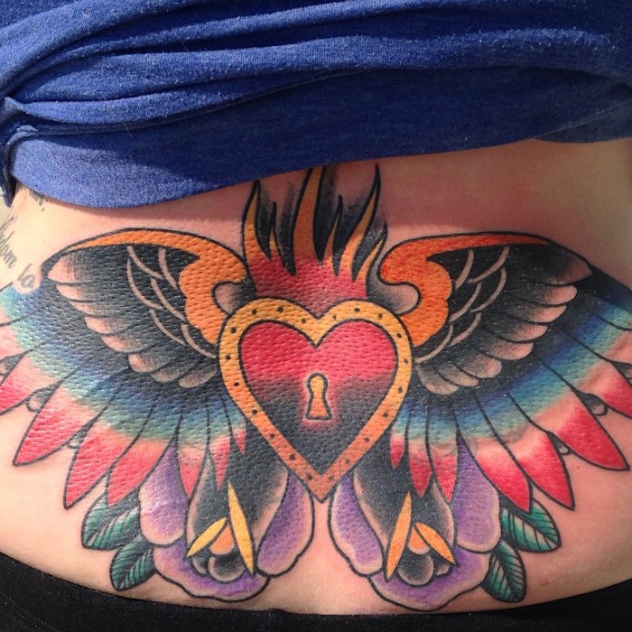 tatouage bas dos style old school tattoo ailes couleurs coeur