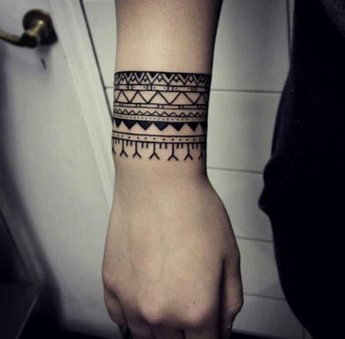 tatouage bracelet homme, femme, idée de tatouage tribal à plusieurs symboles géométriques