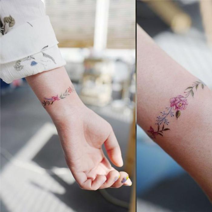 tatouage bracelet au poignet, une branche fleurie, rose, feuilles vertes, tatouage femme élégante