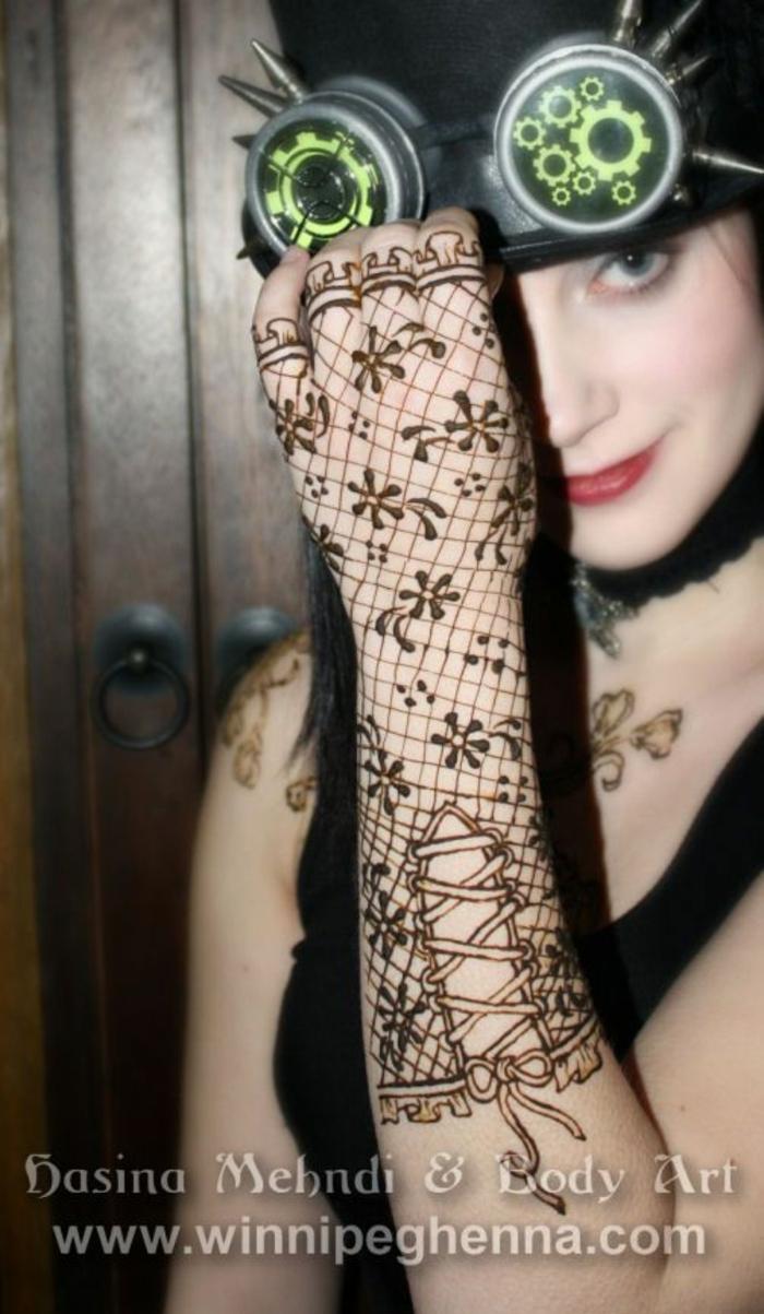 tatouage bracelet dentelle, tatouage imitation de gant sur l'avant-bras